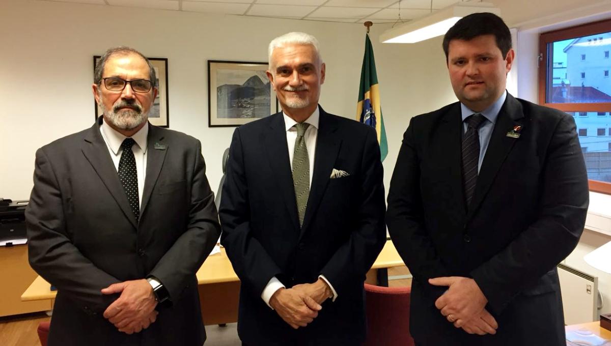 Da esquerda para a direita: reitor da Universidade Federal do Pampa (Unipampa) Marco Hansen, embaixador do Brasil na Noruega Geo