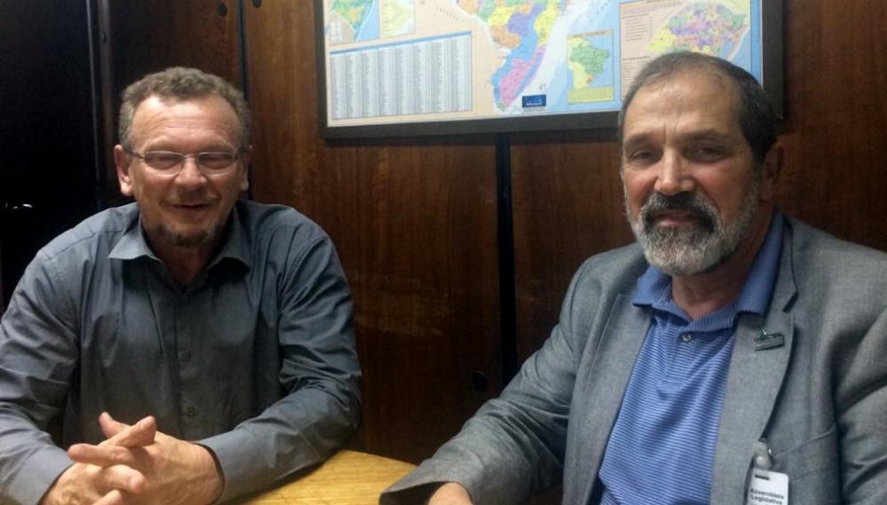 Mainardi e Hansen reunidos no gabinete do parlamentar em Porto Alegre.