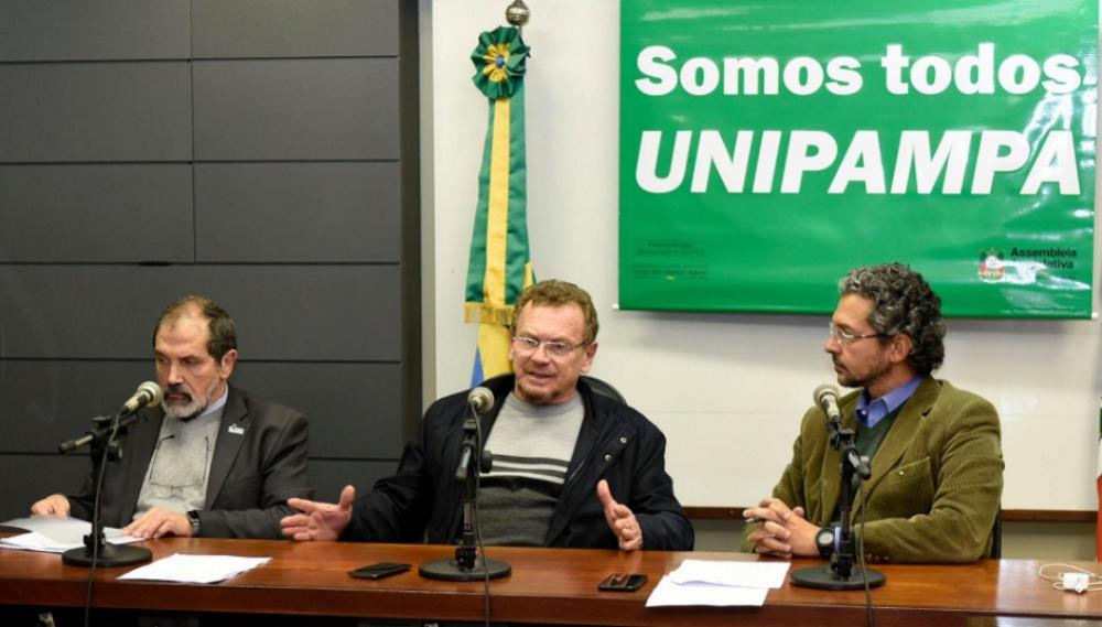 Hansen, Mainardi e o deputado estadual Frederico Antunes (PP) em reunião de trabalho da Frente Pluripartidária em Defesa da Unipampa.