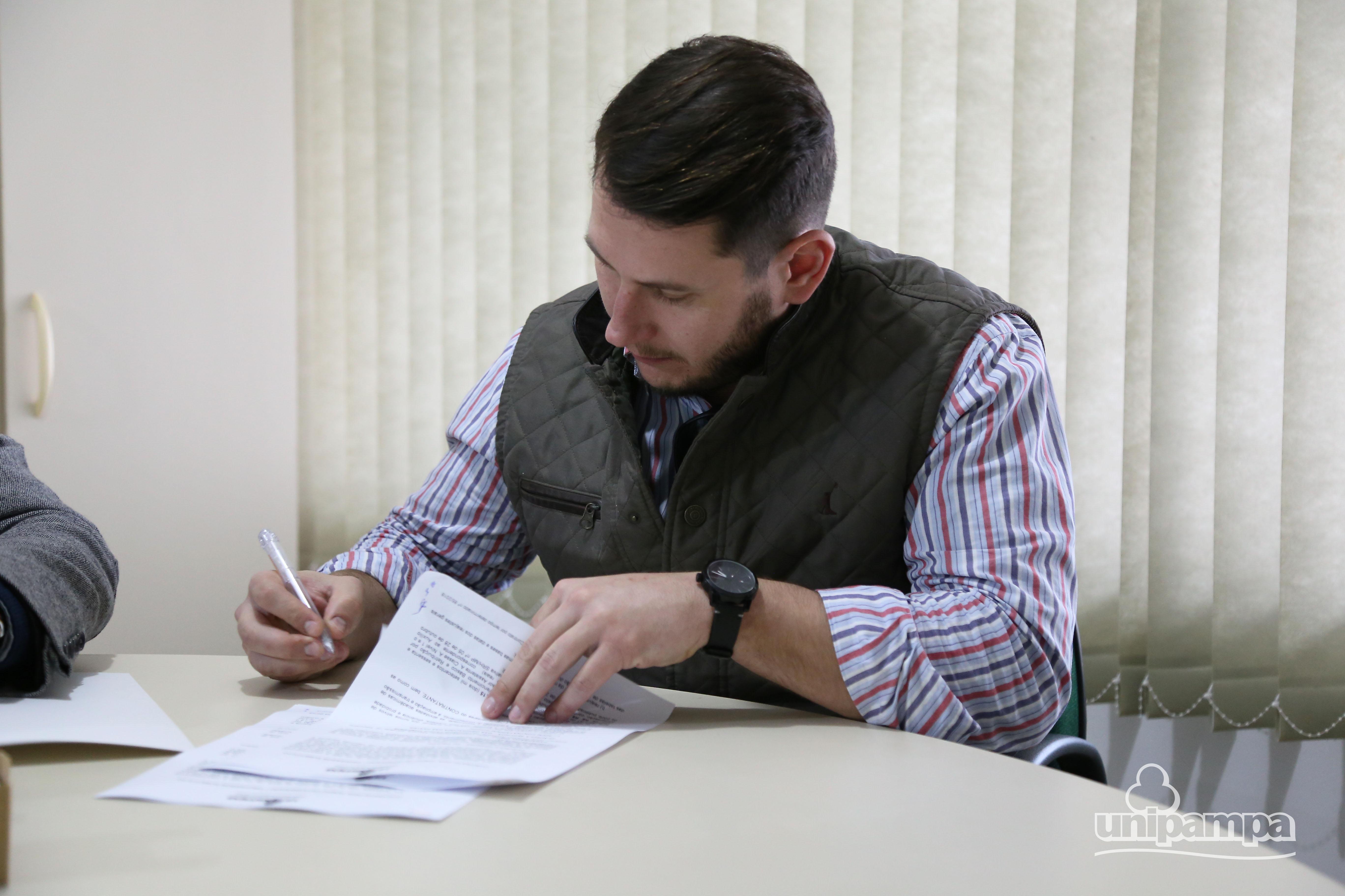 Professores substitutos formalizam assinatura de contratos - Foto: Ronaldo Estevam/Unipampa