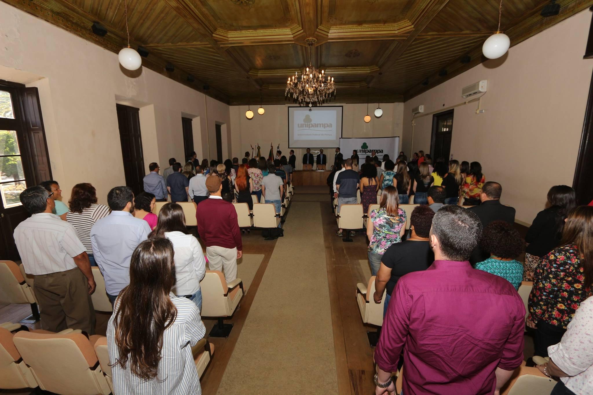 O salão da prefeitura ficou lotado para a posse dos novos servidores. Fotos: Fernando Cruz/Unipampa