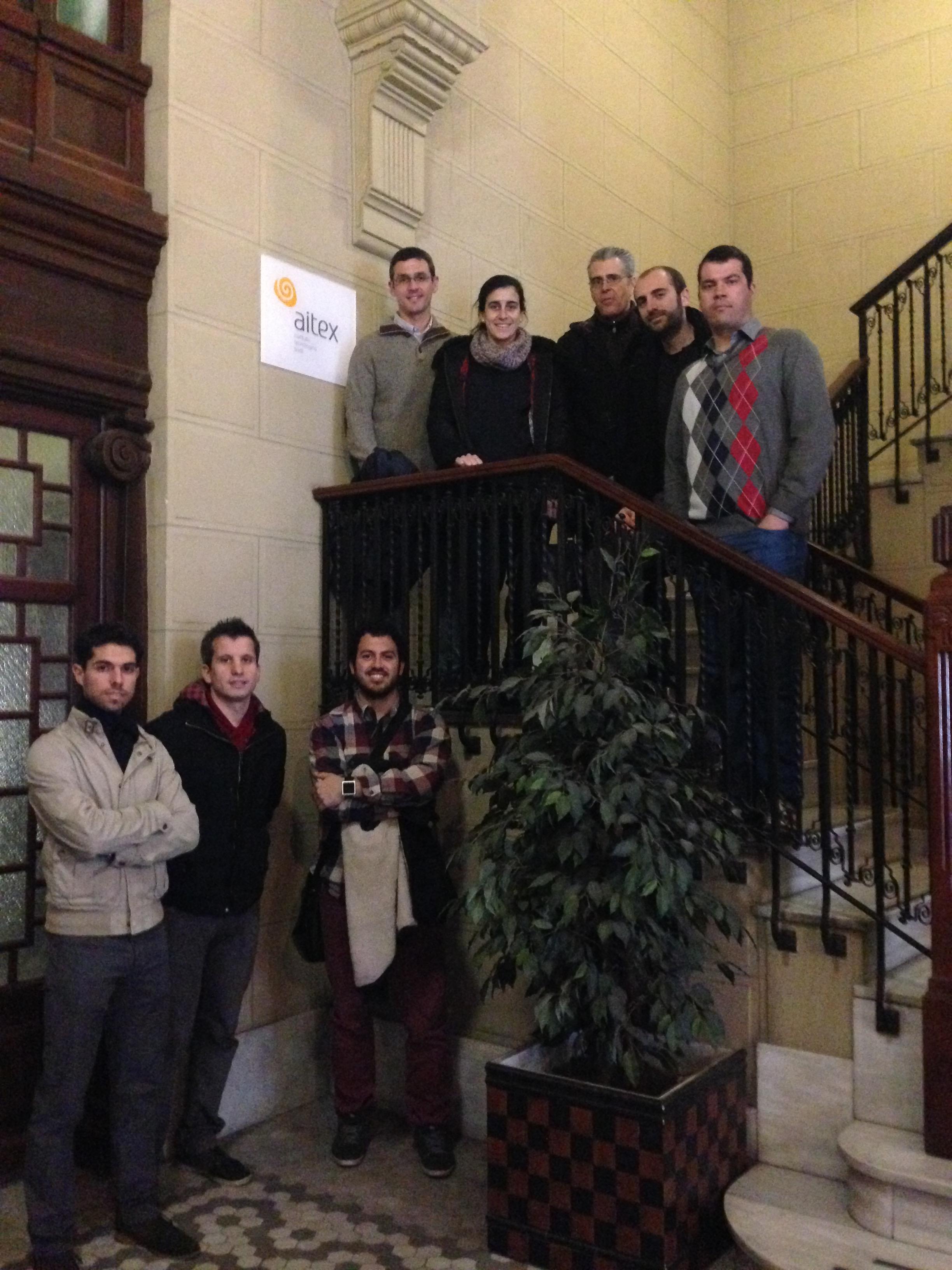 pessoas posam para foto em escadaria no prédio da aitex, empresa espanhola na cidade de Valência