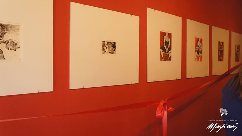 Obras de arte expostas na galeria.
