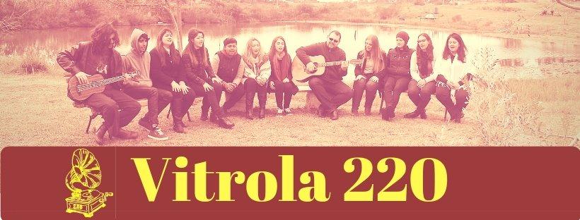 "Escrito ""vitrola 220"" em fundo marsala."
