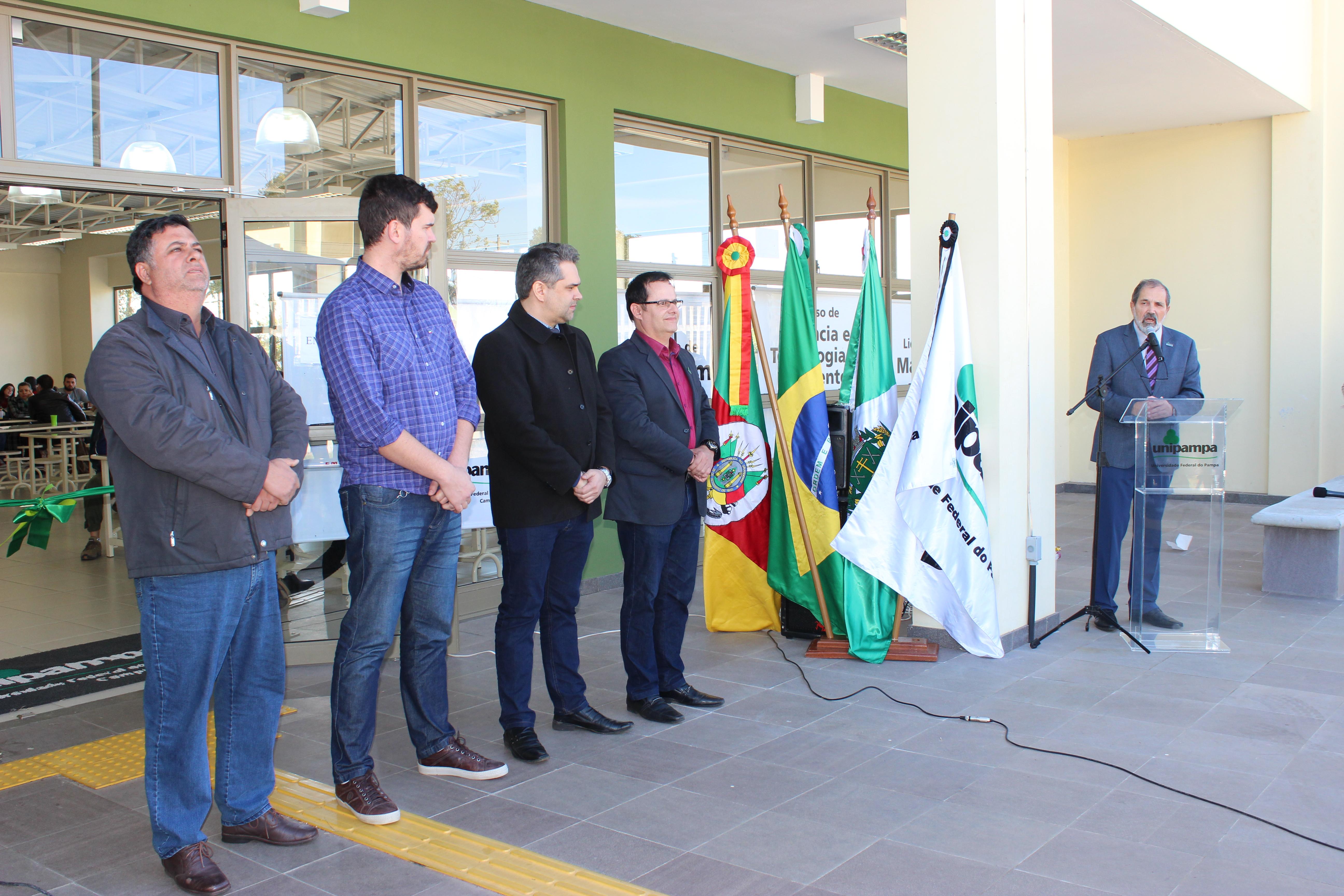 Reitor fazendo fala no evento de inauguração do RU Itaqui juntamente com outras autoridades.