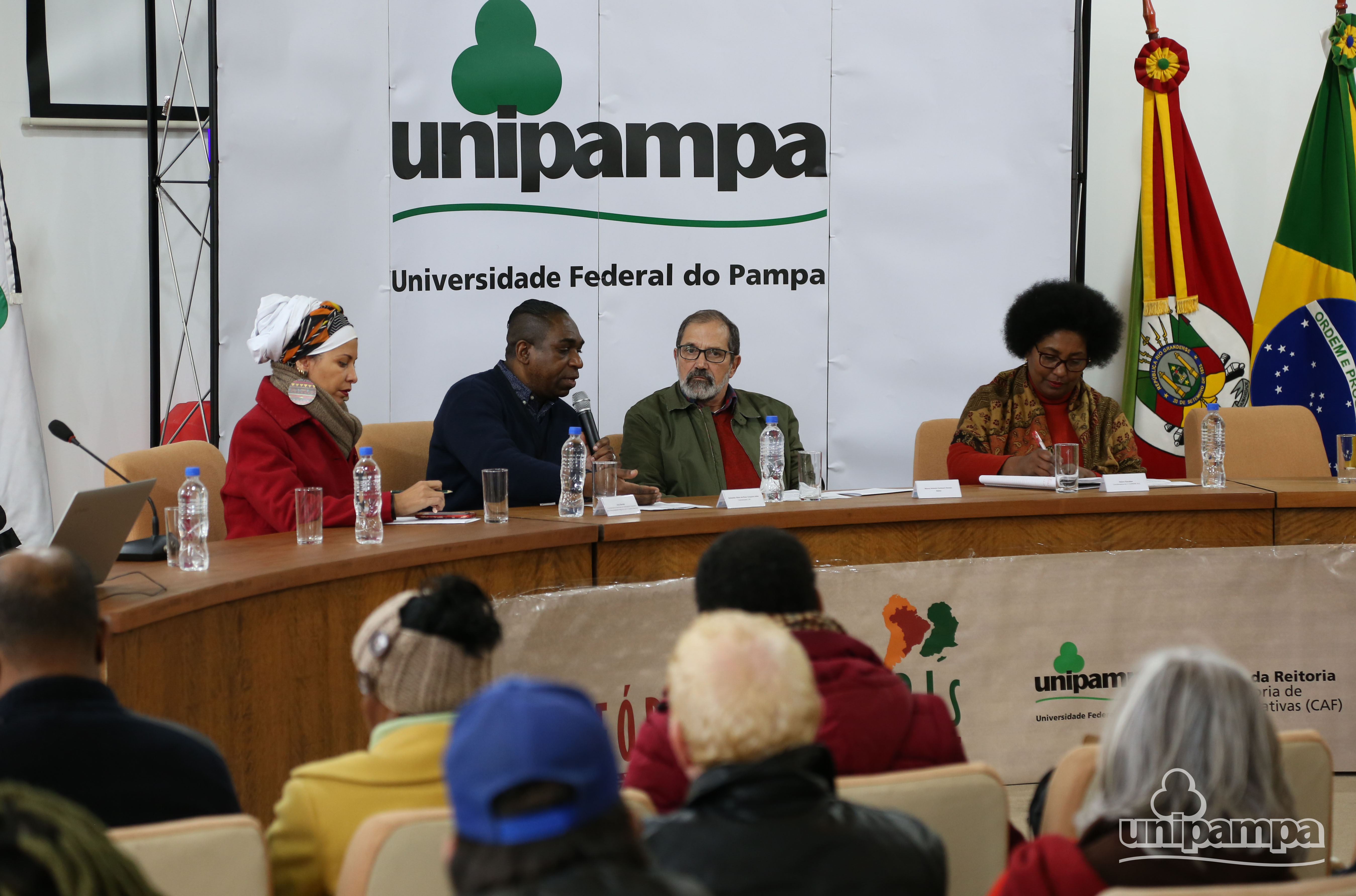 Mesa de abertura marca atividades da tarde de evento - Foto Ronaldo Estevam