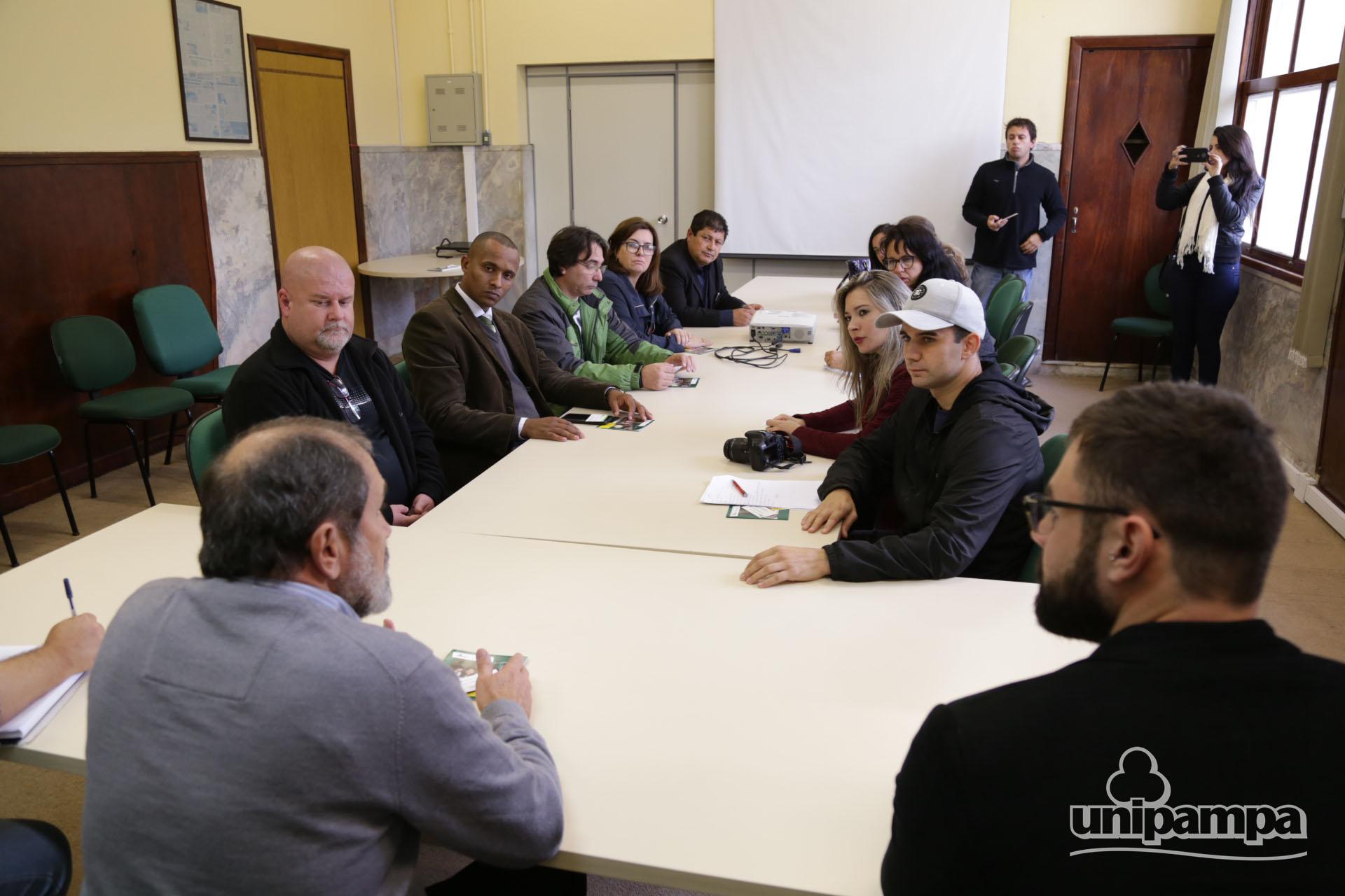 Grupo de pessoas em volta da mesa