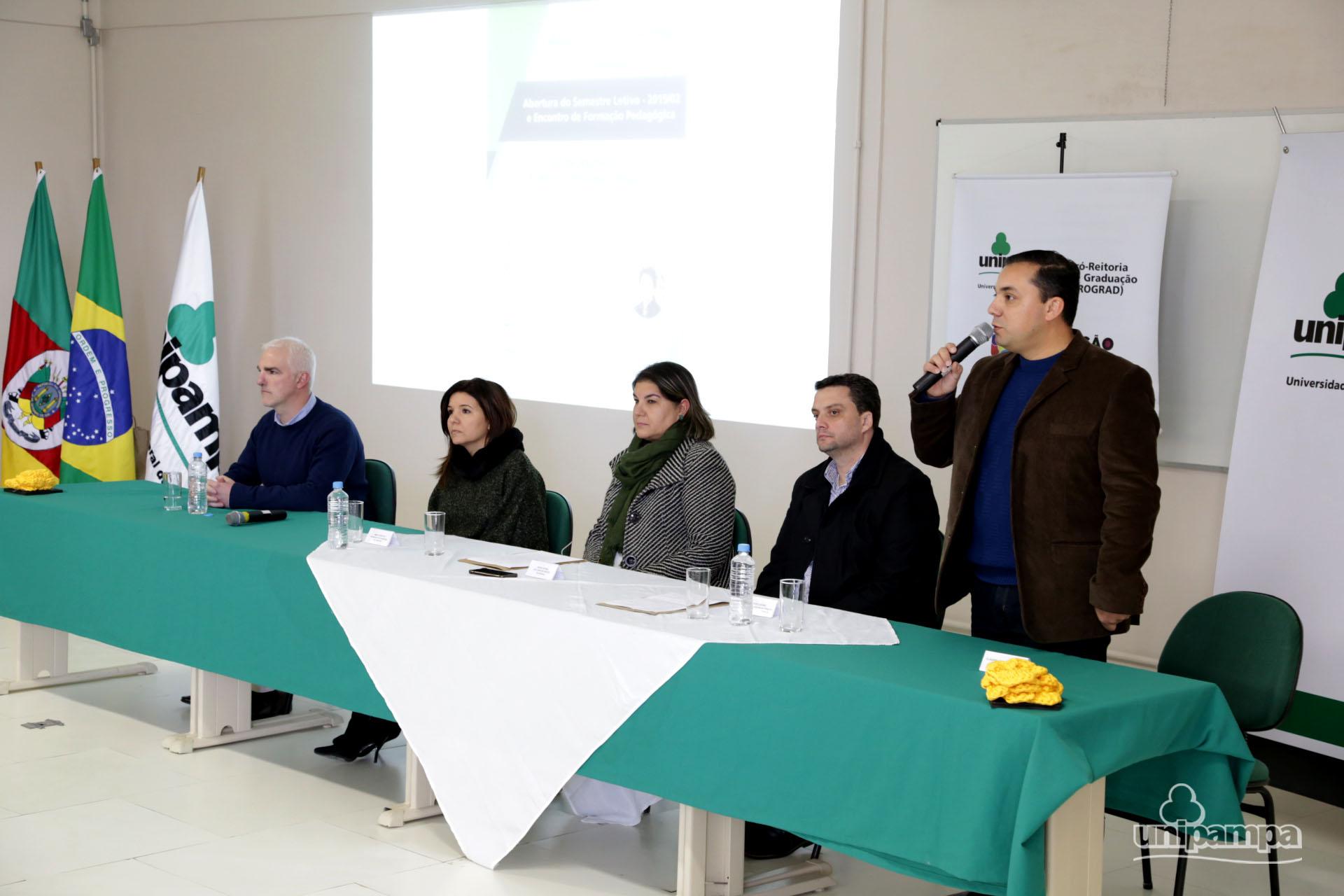 O coordenador acadêmico do Campus Bagé, Elenilson Alves, desejou as boas-vindas aos participantes - Foto: Ronaldo Estevam