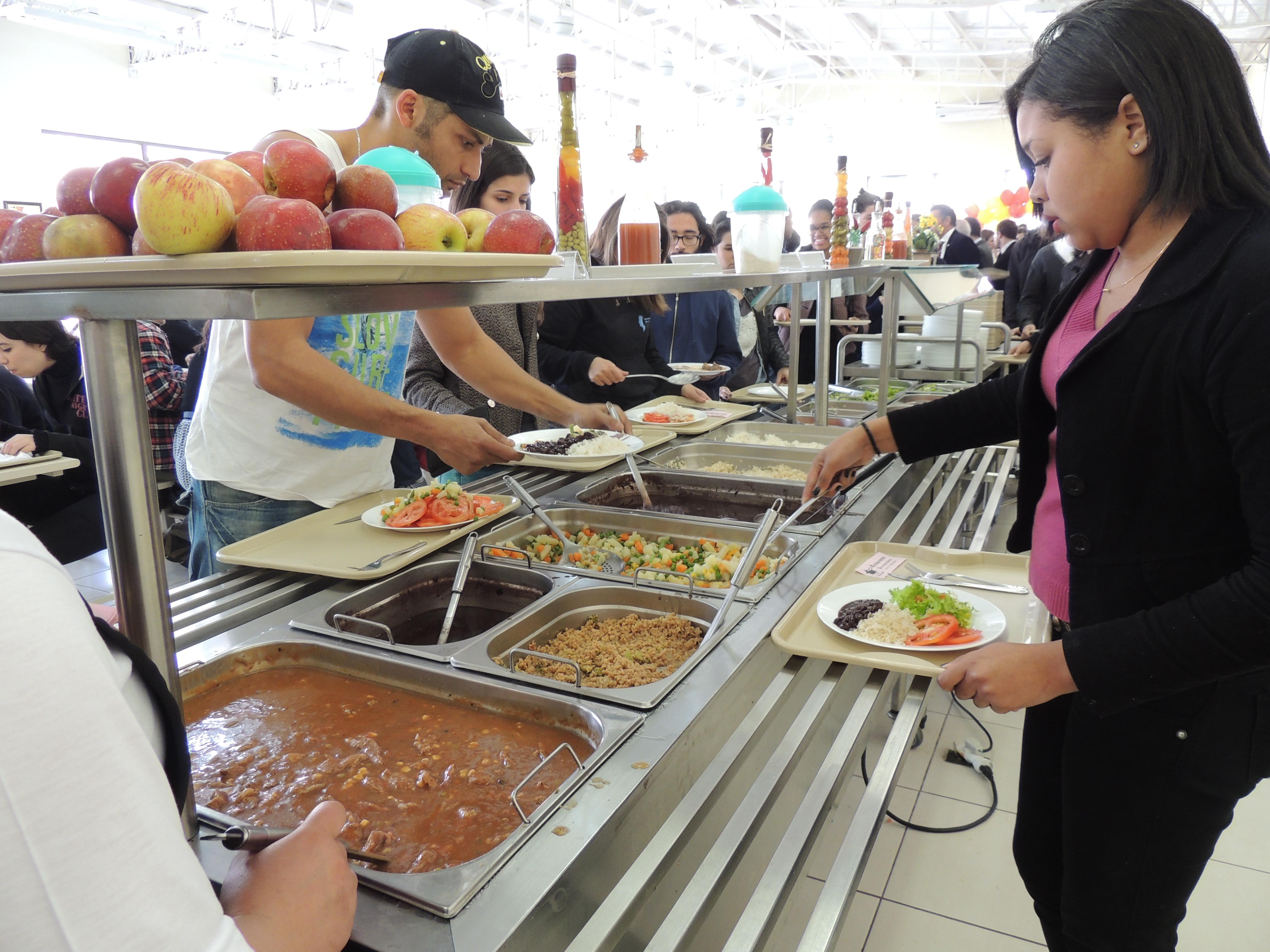 RU passa a ter nova tarifa aos estudantes. Na imagem, estudantes servem-se no buffet do RU - foto: Aline Reinhardt/Unipampa