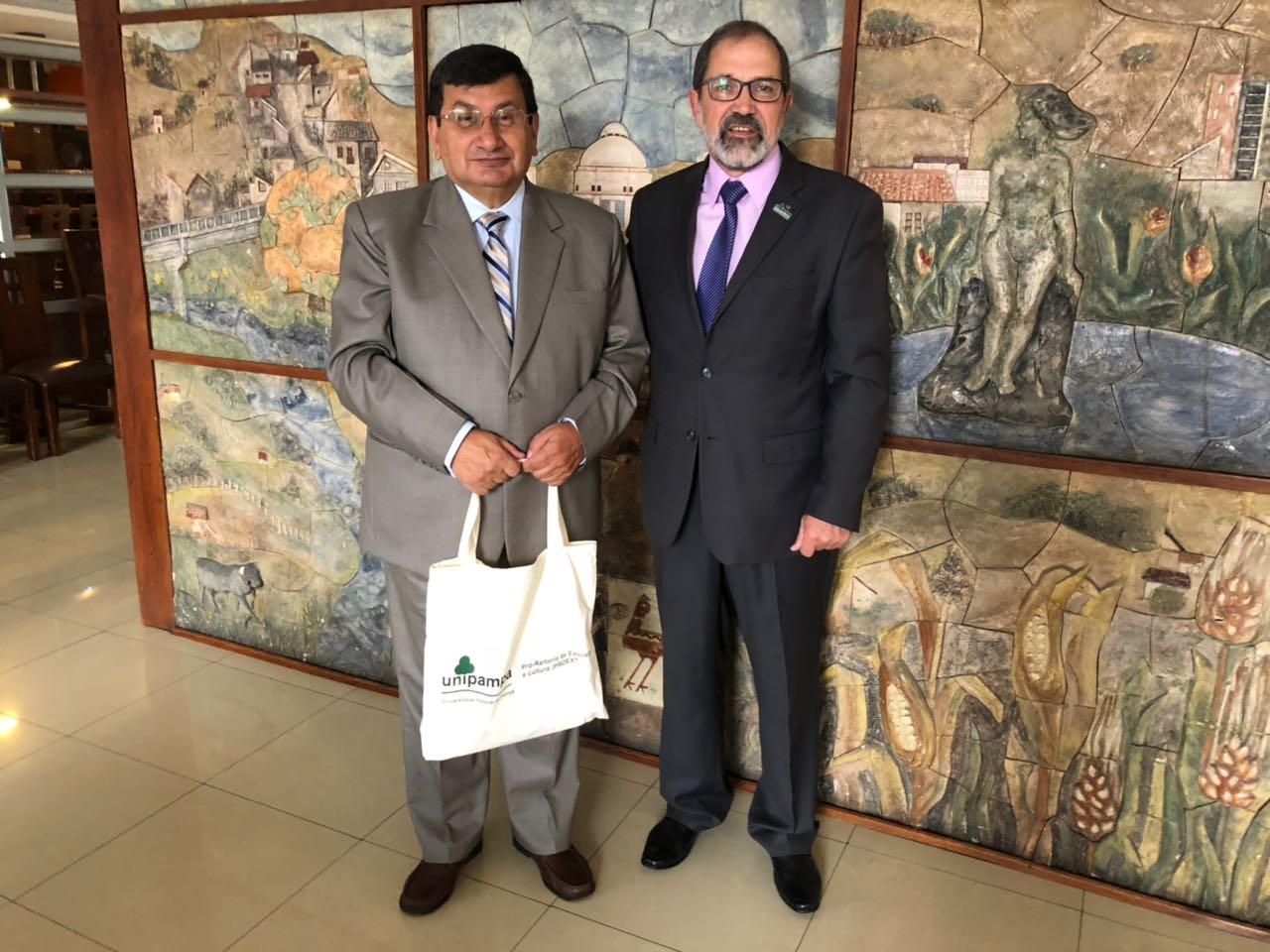 Reitor da Unipampa é recepcionado pelo reitor da UTA, professor Galo Naranjo López