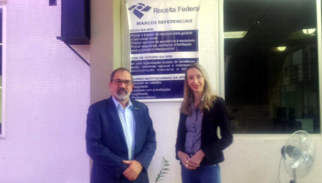 Da esquerda para a direita: reitor da Unipampa Marco Hansen e chefe de Gabinete da Delegacia da Receita Federal em Foz do Iguaçu