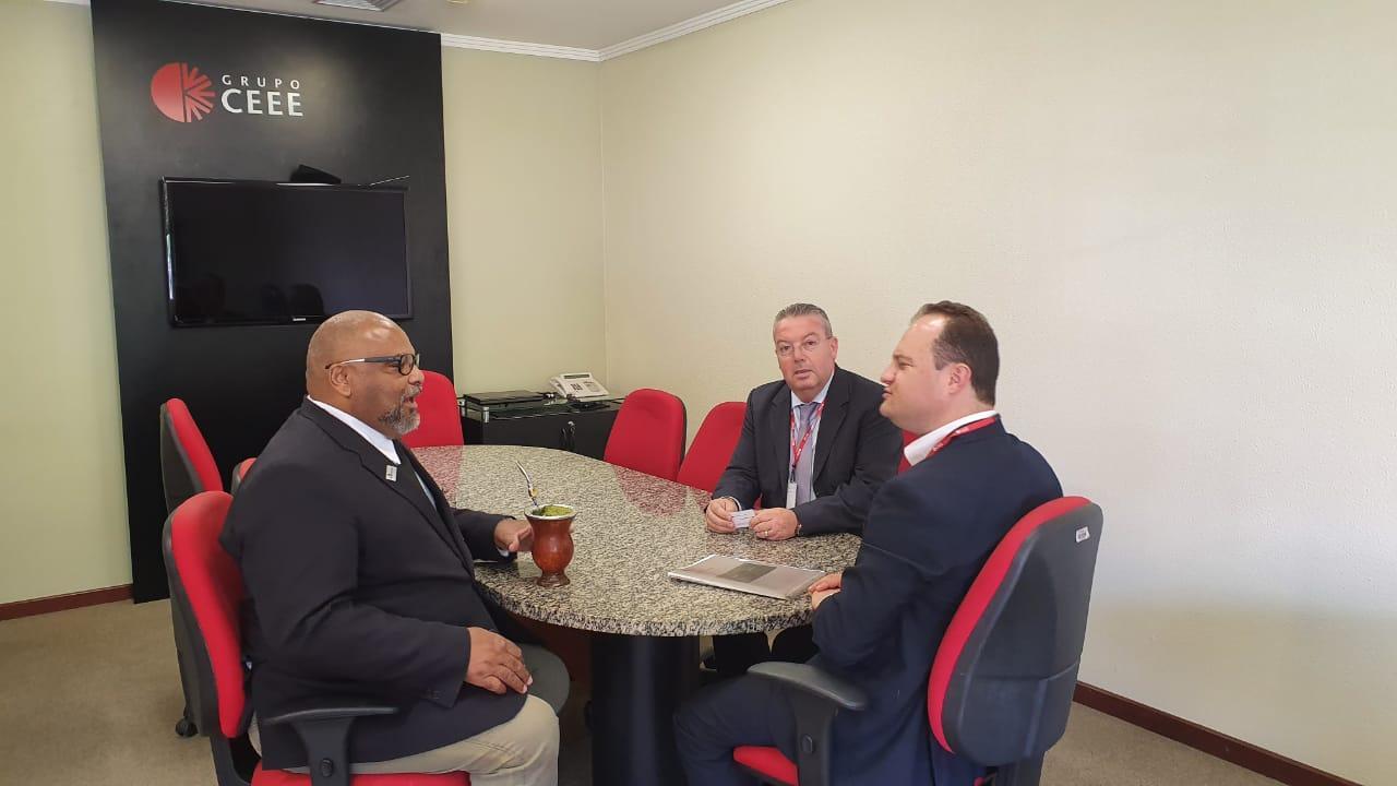 Reitor da Unipampa em reunião com representantes da CEEE.