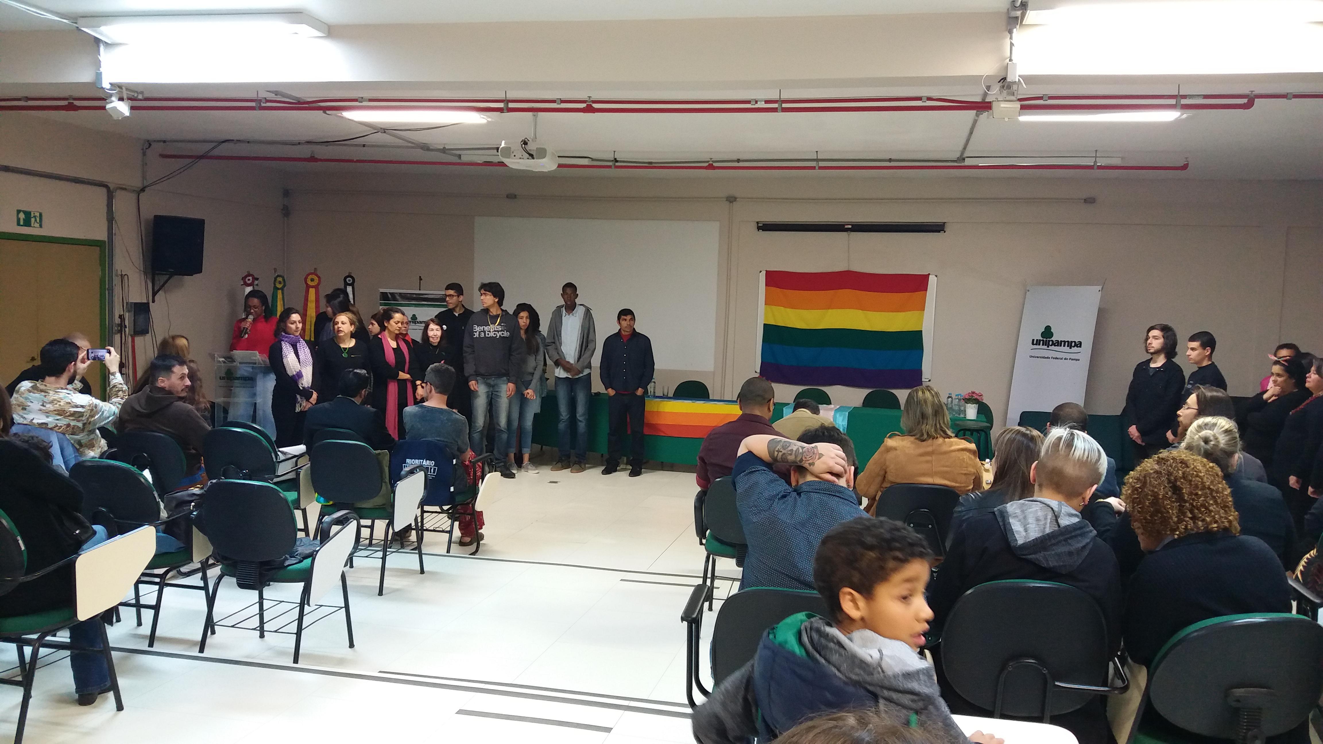 Auditório com pessoas assistindo ao evento