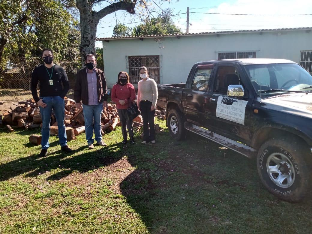 Doação de lenha pela Unipampa ao Asilo São Vicente de Paula - Divulgação