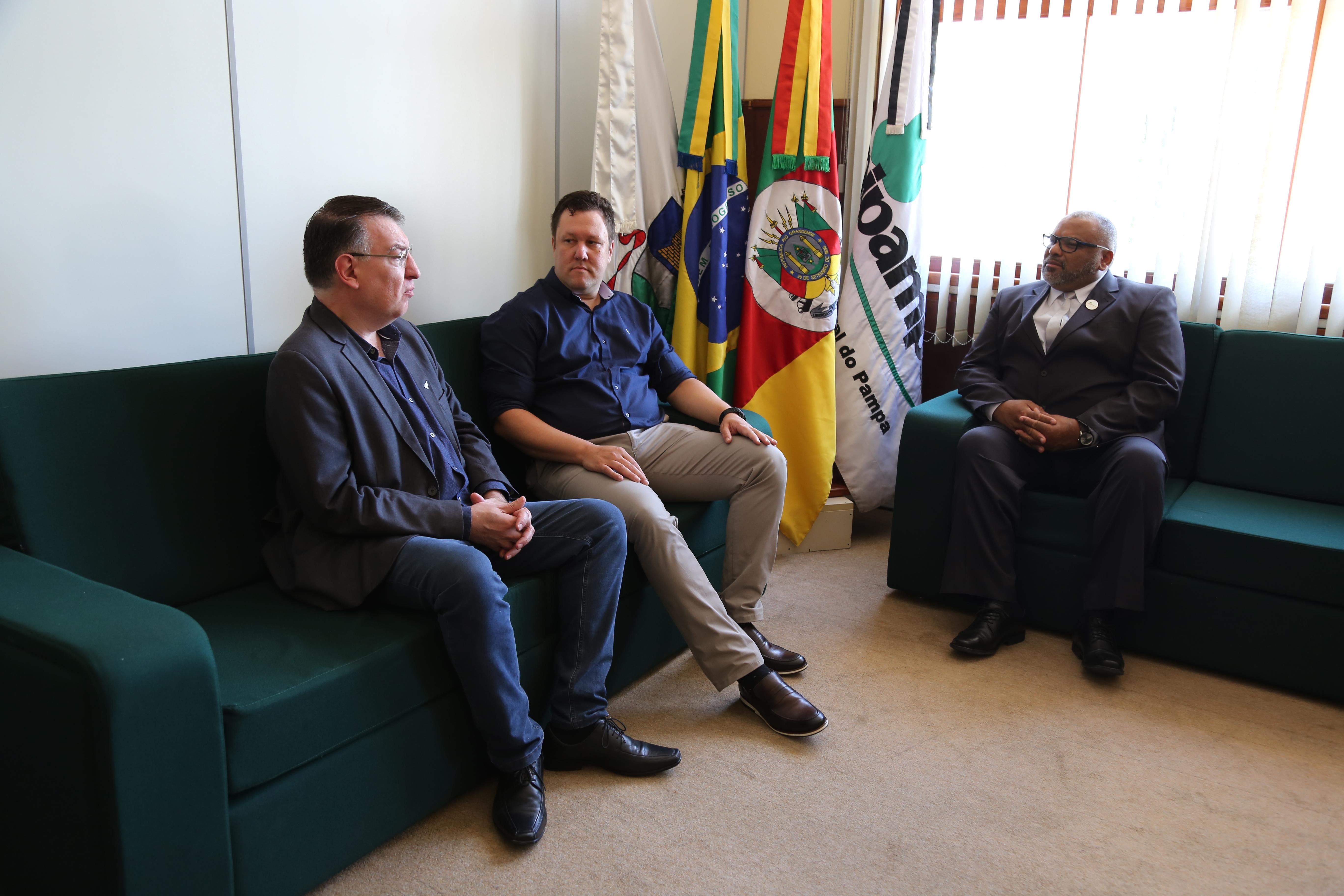 Reitor da Unipampa recebe dirigentes da UFFS - Foto: Franceli Couto/Unipampa