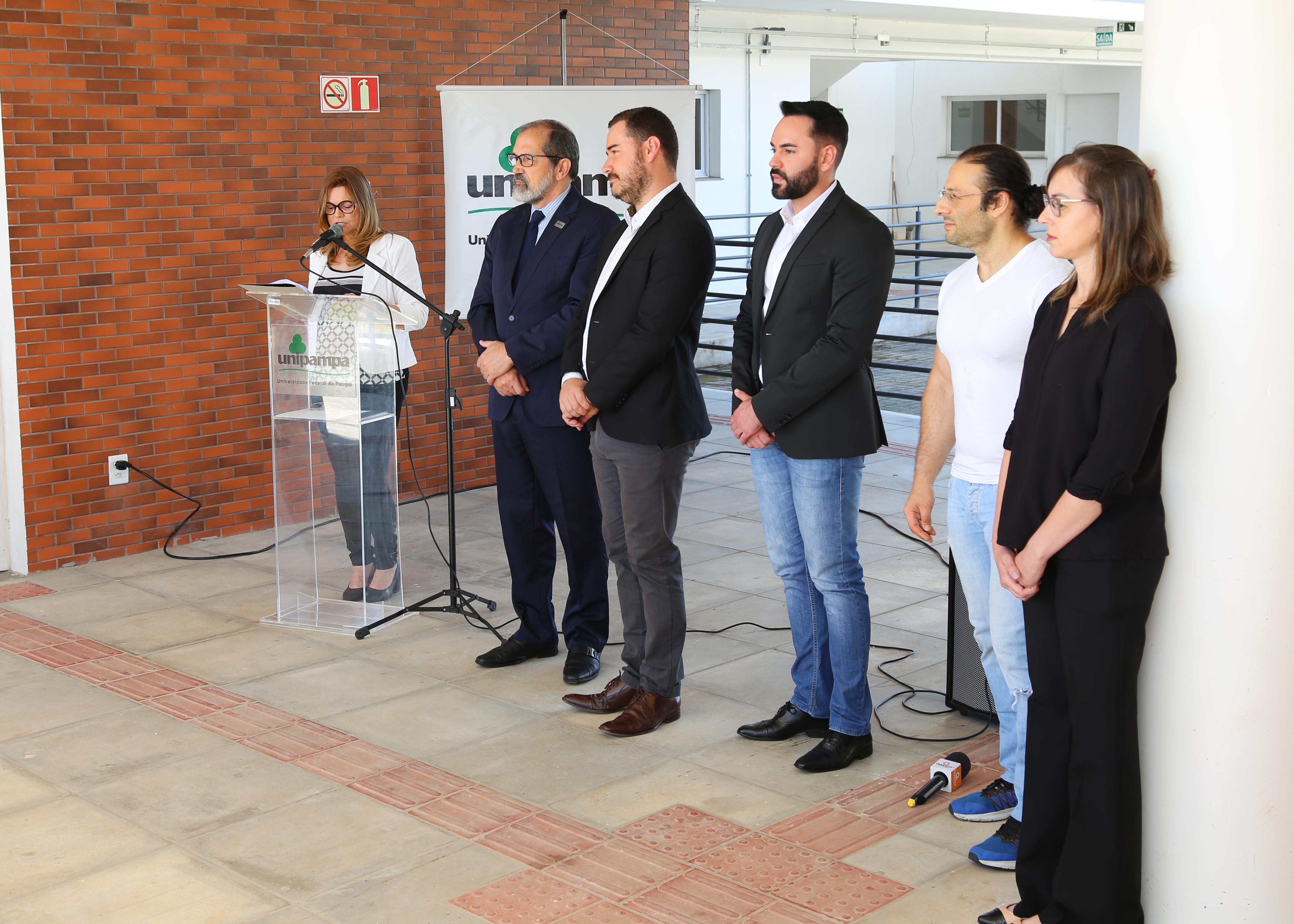 Autoridades acadêmicas e prefeito de Dom Pedrito na solenidade de inauguração da Moradia Estudantil - Foto: Manoel Abreu