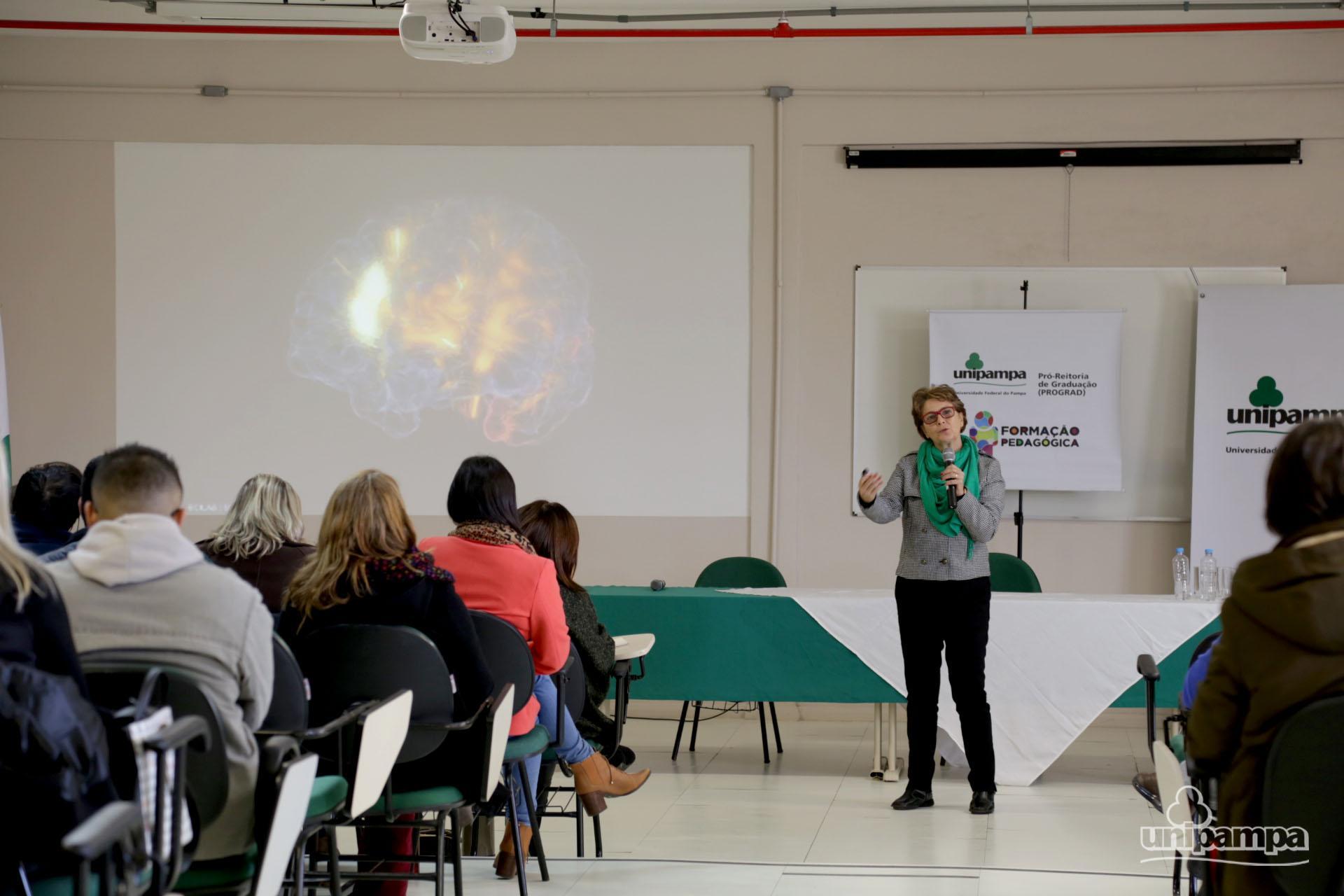 Professora Daniela Barros apresentou a neurologia do cérebro - Foto: Ronaldo Estevam