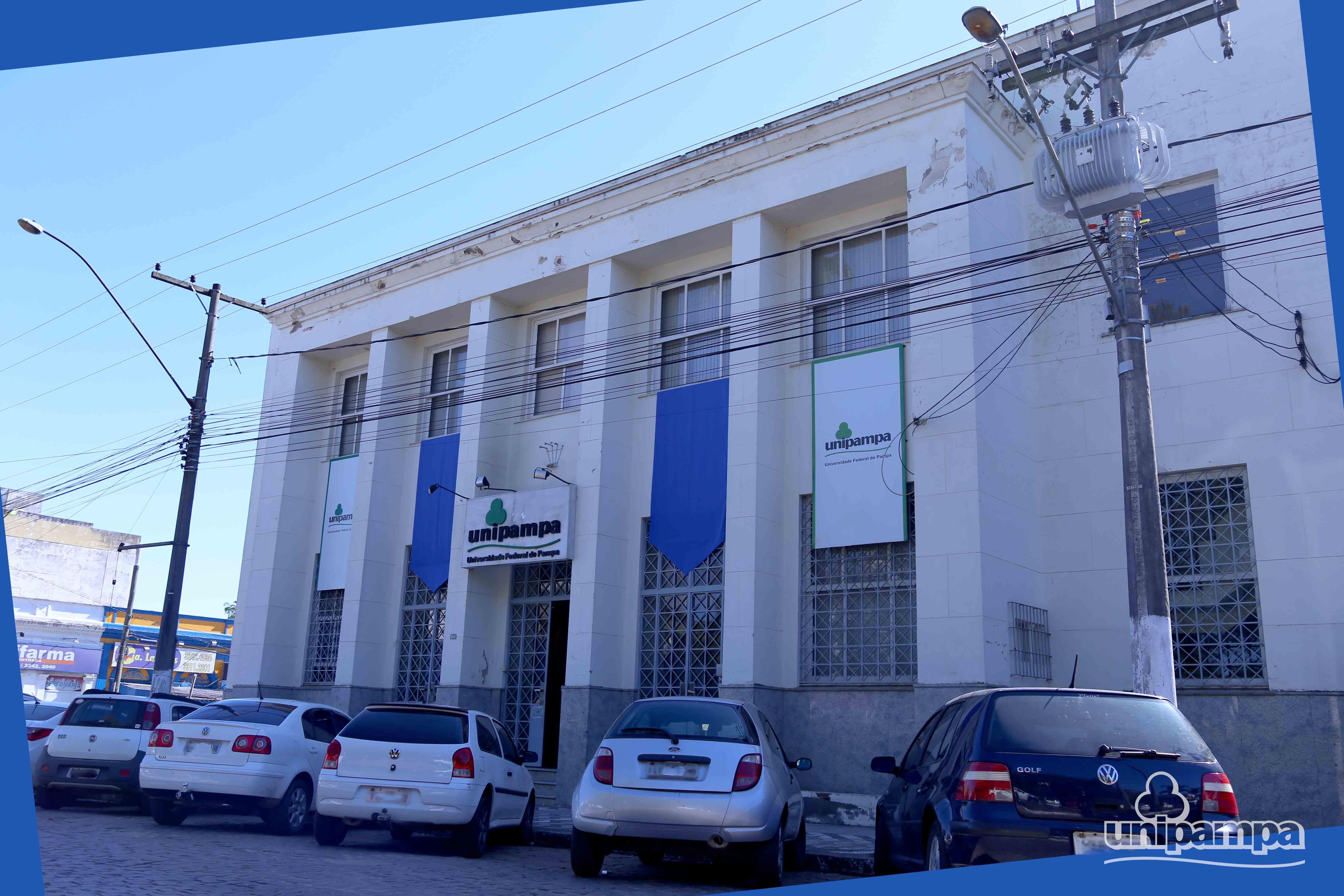 fachada da Reitoria com paineis azuis