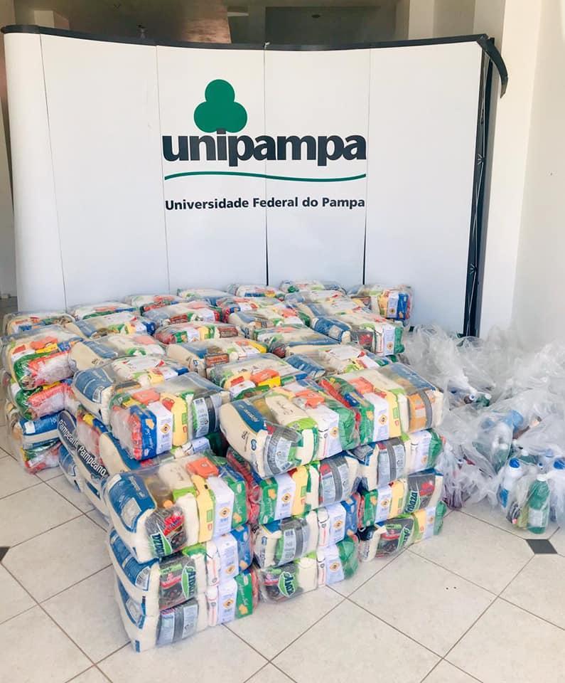 Fotografia de um lote de cestas básicas.