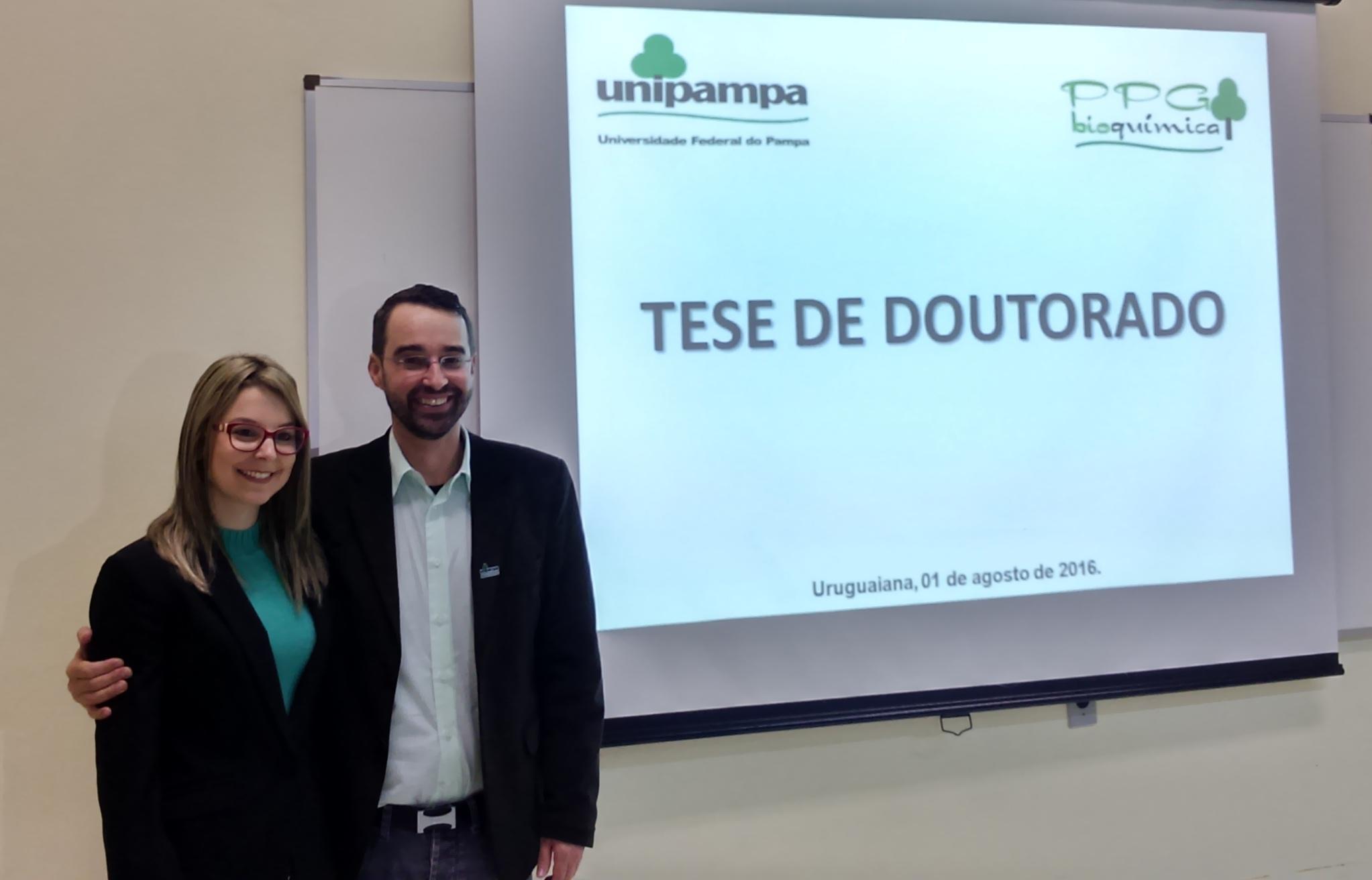 Vice-reitor e a primeira acadêmica a defender uma tese de doutorado pela Unipampa. Foto: Divulgação/Unipampa