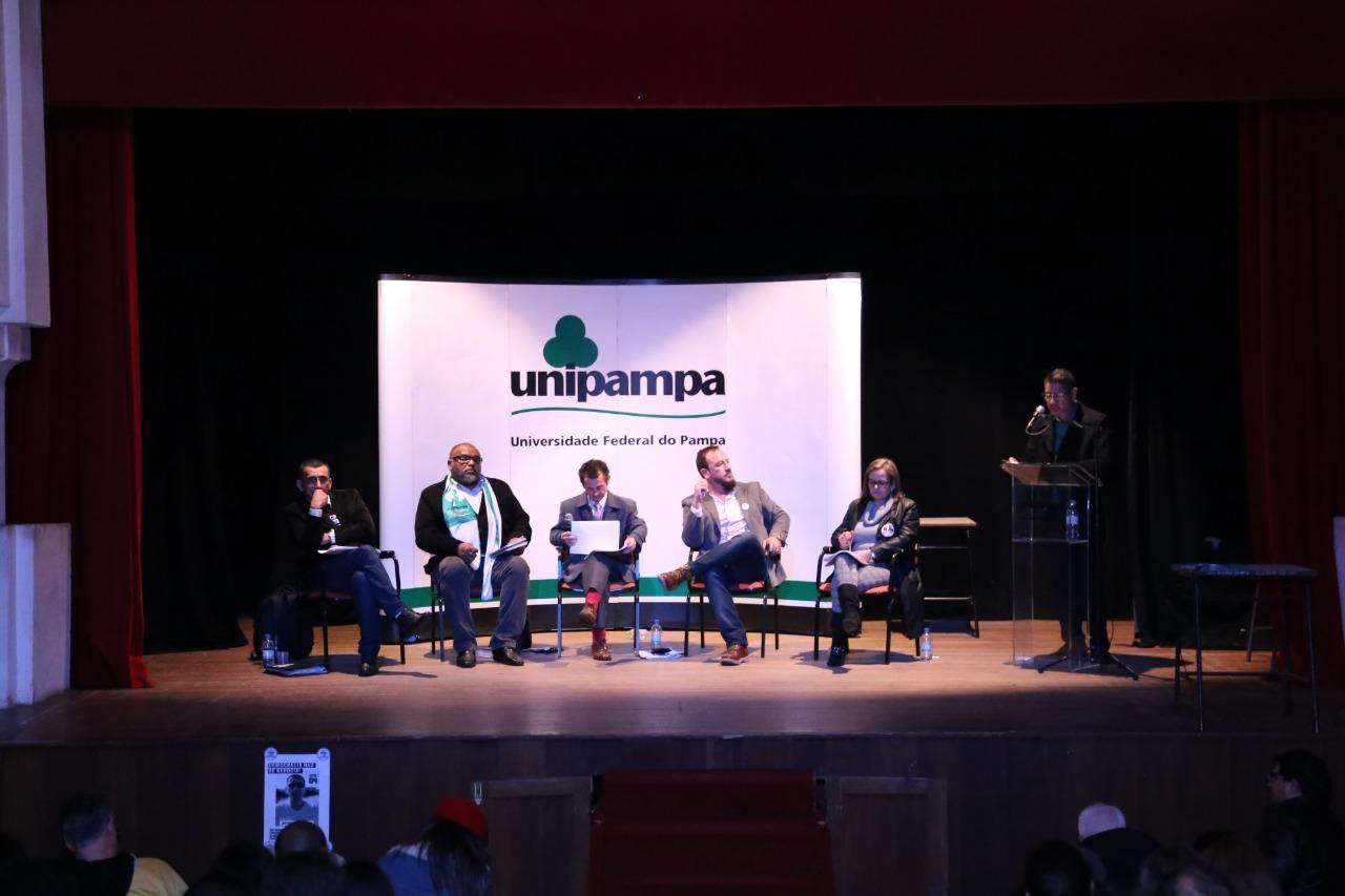 Participantes do primeiro debate entre candidatos ao cargo de reitor(a) da Unipampa  - Foto: Milene Marchezan