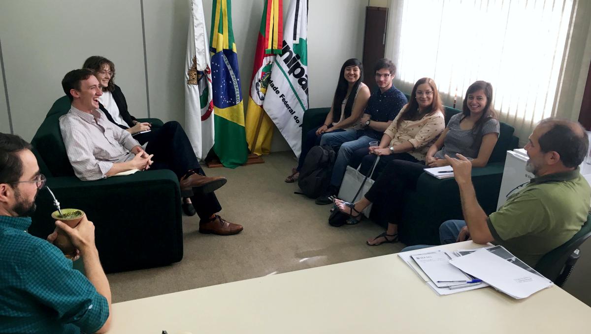 Reitor Marco Hansen explica o sistema público de ensino superior brasileiro aos estudantes intercambistas dos EUA, que ficarão a