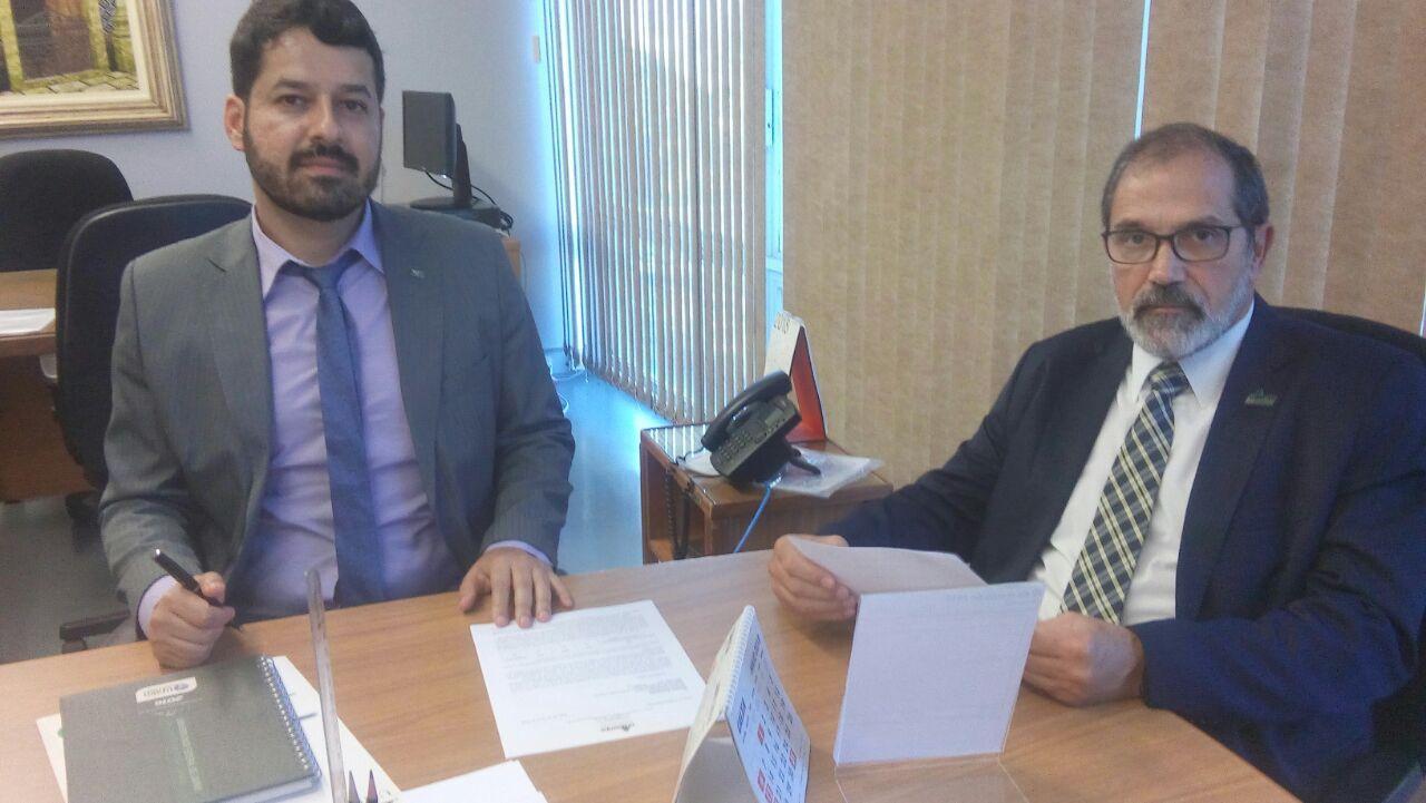 Reitor da Unipampa também entregou documento requerendo o reforço de recursos orçamentários para emprego na Política Nacional de