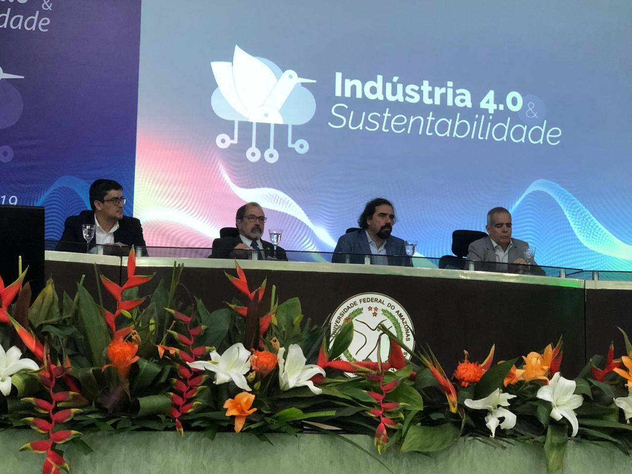 """Reitor foi  moderador da sessão plenária 3:""""Indústria 4.0, cidades inteligentes e gestão urbana""""."""