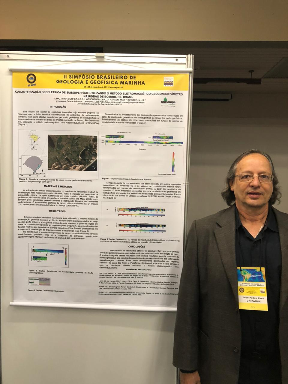 Professor Rebés e banner de apresentação de trabalho no II Simpósio Brasileiro de Geologia e Geofísica Marinha.