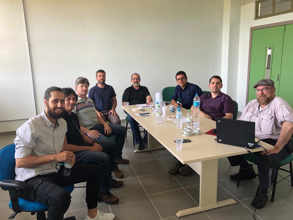 Professores da Unipampa e representantes da CENPES/PETROBRAS reunidos em torno de uma mesa retangular em sala do Campus.