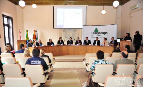Mesa de autoridades e público