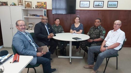 Na foto, representantes da Unipampa e do Exército Brasileiro reunidos ao redor de uma mesa.