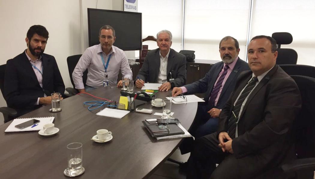 Reitor Marco Hansen, pró-reitor Luís Hamilton e o presidente da Telebras Jarbas Valente, acompanhado por assessores, discutiram atividades conjuntas de pesquisa e inovação na Unipampa.